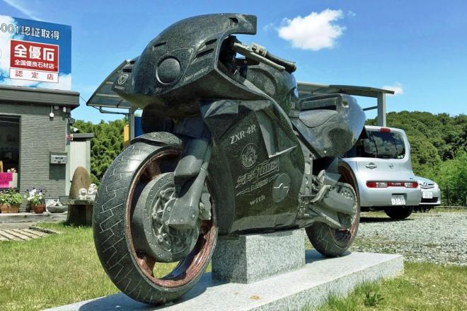 kawasaki「ZXR」を再現した石のモニュメント