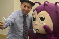 RSウイルスのゆるキャラ「アルエス」と記念撮影する鈴木おさむさん
