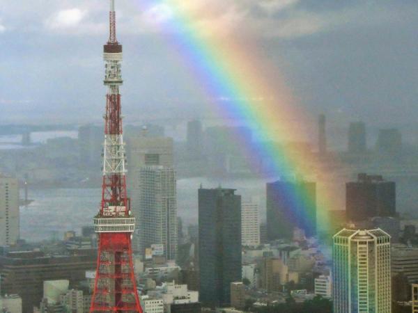 東京都港区で夕立が通り過ぎた都心の空に見られた虹=2016年8月