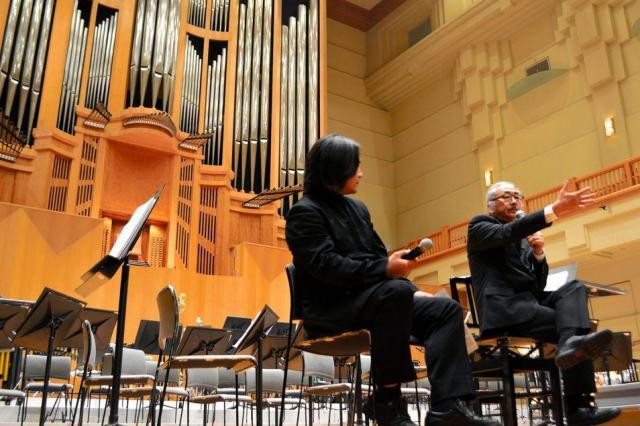 ゲーム音楽の魅力について語る作曲家の植松伸夫氏(右)=2015年3月28日、浜松市のアクトシティ浜松