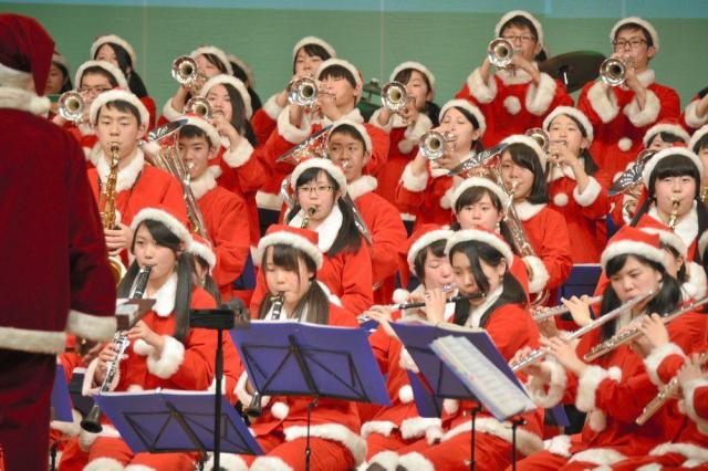サンタクロースの格好で演奏する大阪桐蔭高吹奏楽部員=2016年12月23日