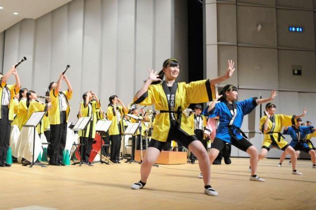吹奏楽祭で息の合ったパフォーマンス「菅生ミックスⅤ」を披露する東海大菅生高校=2017年7月9日