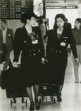 【1994年】勤務を終え、タクシー乗り場に向かう日本航空の客室乗務員