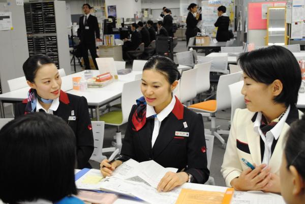 JALの客室乗務員=日本航空提供