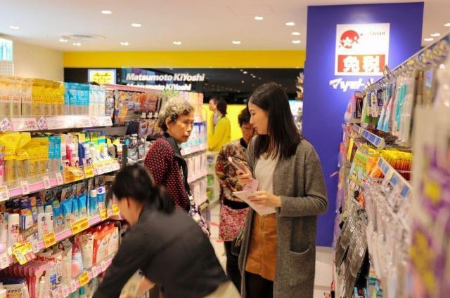 高島屋の免税店の一角に入るドラッグストア「マツモトキヨシ」で買い物する訪日客ら