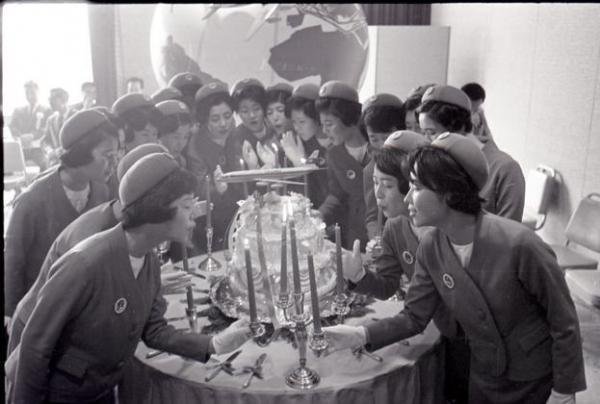 【1967年】日本航空客室乗務員の卒業式でケーキのろうそくを吹き消す新人客室乗務員