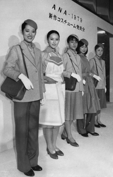 1979年1月のジャンボSR機就航に合わせて新調された全日空客室乗務員の制服。三宅一生氏のデザイン