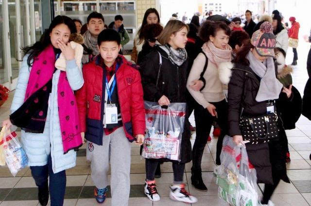 免税店での買い物を終えた中国人旅行客