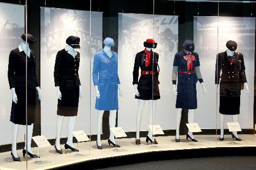1954年から96年にかけて着用されたJALの客室乗務員の歴代制服。左から順に2代目~7代目=2016年4月