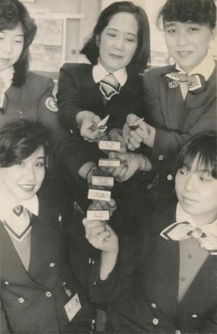 【1988年】全日空が客室乗務員の呼び名を「スチュワーデス」から「キャビンアテンダント」へ変更。名札も作り替えた