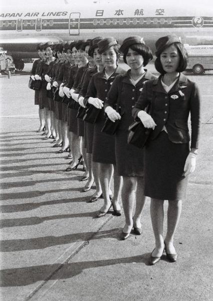 【1970年】飛行機の前で整列する全日空の客室乗務員たち