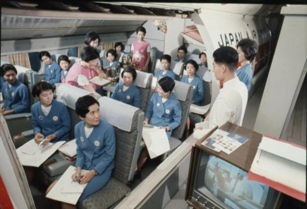 【1968年】機内の客席を再現した設備で日本航空客室乗務員の訓練が行われる
