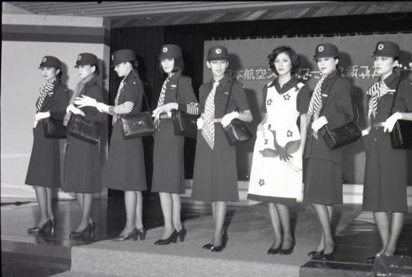 【1977年】披露された日航客室乗務員の新制服
