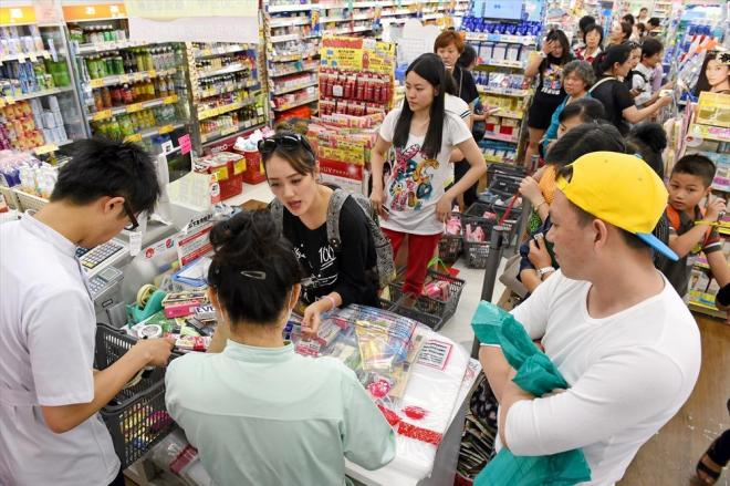 ドラッグストアで買い物をする中国人観光客ら