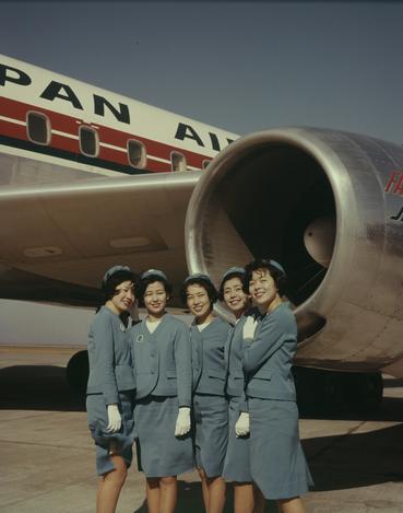 【1967年】新しいユニホームを身につけた日航の新人客室乗務員たち