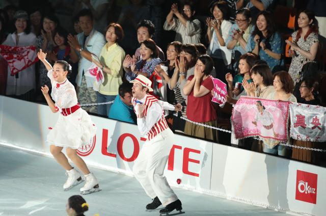 地元ファンの声援を受け、アイスショーを披露する浅田真央さん(左)=2017年8月4日、名古屋市、吉本美奈子撮影