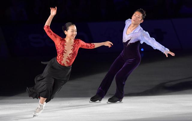 現役引退後初めてのアイスショーで高橋大輔さんと共演する浅田真央さん(左)=2017年7月29日、加藤諒撮影
