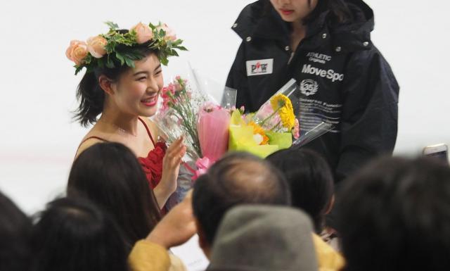 プリンスアイスワールドの「ふれあいタイム」でファンに笑顔を見せる村上佳菜子さん=2017年4月29日、横浜市