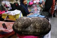 中東イランの首都テヘランのバザール(市場)で見かけたケース。妙につやっぽいような……=神田大介撮影