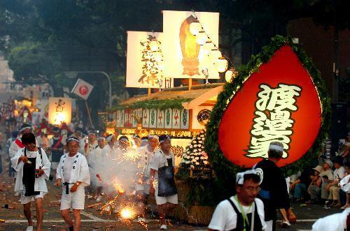【2006年の精霊流し】爆竹を鳴らしながら練り歩く精霊船=長崎市