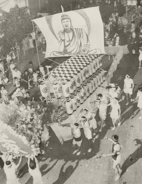 【1970年の精霊流し】ちょうちんなどで飾った精霊船が、爆竹を打ち上げながら長崎の街中を練る