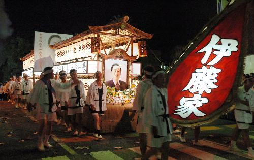 【2007年の精霊流し】伊藤一長・前長崎市長の精霊船が市内を巡った=長崎市