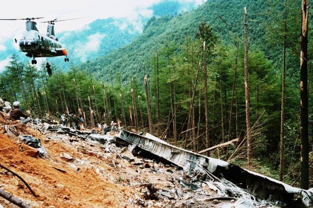 日本航空123便ジャンボ機(ボーイング747SR)の墜落現場を捜索する救助隊