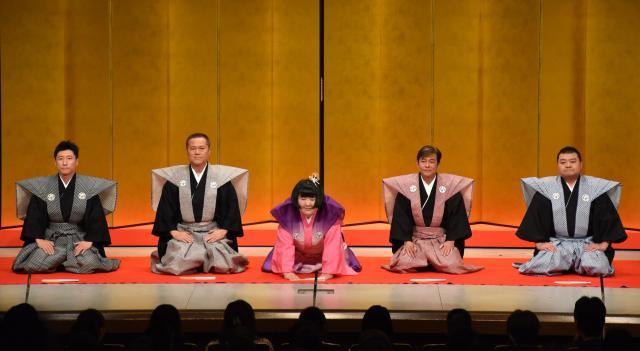 座長就任公演の口上。左からすっちー座長、辻本茂雄座長、酒井藍座長、内場勝則座長、川畑泰史座長