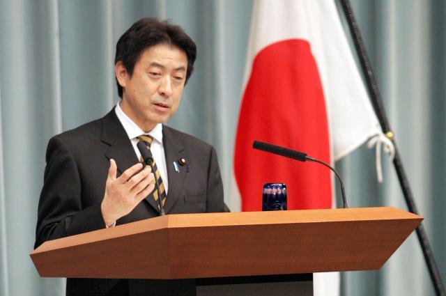 記者会見で質問に答える塩崎官房長官(当時)=2006年12月21日