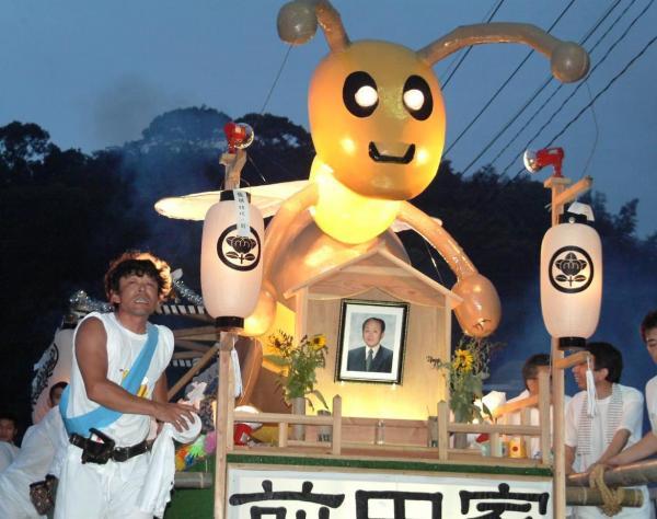 前田養蜂場のミツバチ船=2003年8月、長崎市