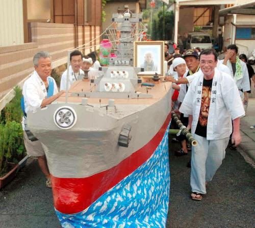 戦艦武蔵を模した精霊船=2006年8月、長崎市