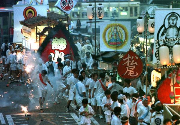 【1998年の精霊流し】故人の霊を乗せ、爆竹を鳴らしながら街をまわる精霊船=長崎市