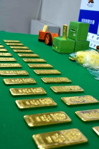 千葉県警などが押収した33枚の金塊。キムチやコチュジャンの容器に隠されていた=2017年6月、千葉県成田市