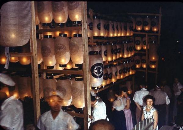 【1956年の精霊流し】墓前法要のために提灯がともされる=長崎市