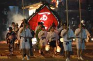 昨年の精霊流し。精霊船は爆竹の鳴る中を進み、多くの観客でにぎわった=長崎市