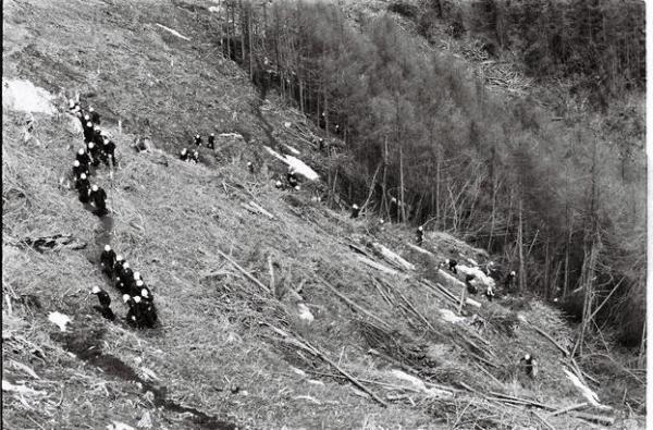 雪が残る日航機墜落現場で始まった機体の破片捜査作業=1986年4月18日