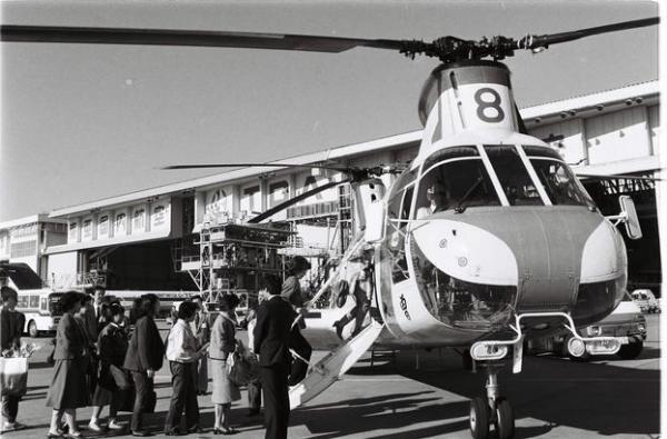 日航機墜落事故弔問飛行のヘリコプターに乗る遺族たち=1985年11月2日