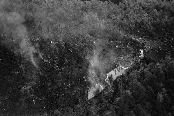 墜落した日本航空ジャンボ機の主翼が散らばる無残な現場