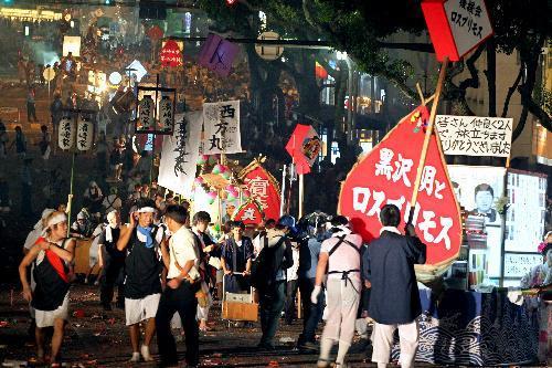 【2010年の精霊流し】爆竹の音が響く中、長崎市内を進む精霊船