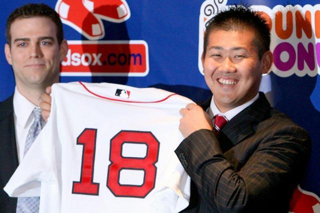 ボストンのフェンウェイ・パークで、背番号18のユニホームを掲げ、笑顔を見せる松坂大輔投手=2006年12月14日、加藤丈朗撮影