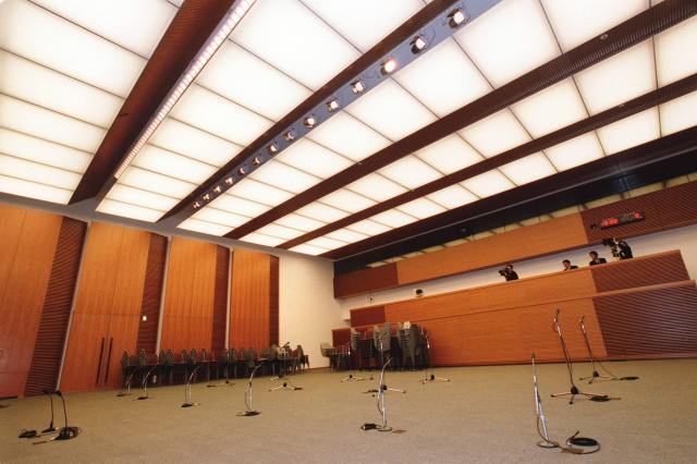 官邸の記者会見室。官房長官や首相の会見が行われ、床には記者が座る椅子が並ぶ=2002年4月19日