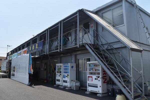 自販機が設置されている建設事務所=川崎市
