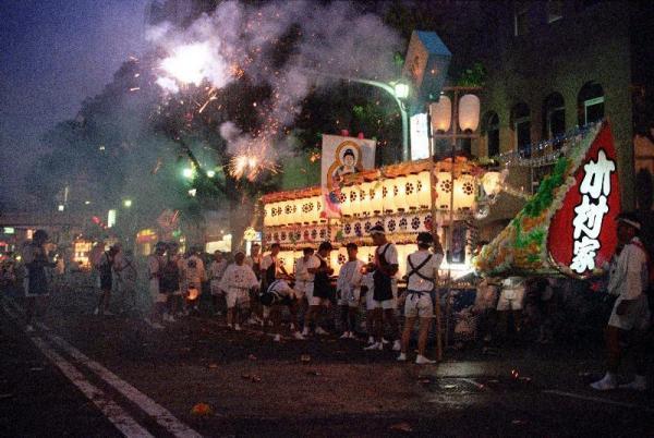 【1995年の精霊流し】爆竹の轟音とともに亡くなった人を送る精霊船=長崎市