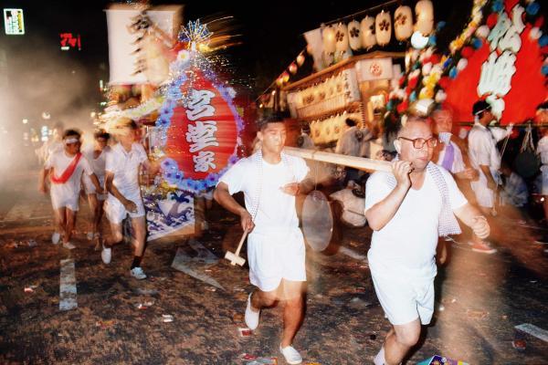 【1992年の精霊流し】初盆を迎える家では一族が集まって故人を供養する。精霊船は長崎港まで引かれたあと、ゴミとして処分されてしまう