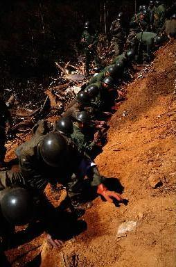 8月15日、尾根の南側は、立っているのが困難なほどの急斜面だ。事故から3日目の朝、酷暑の中で自衛隊員が黙々と捜索を続けていた