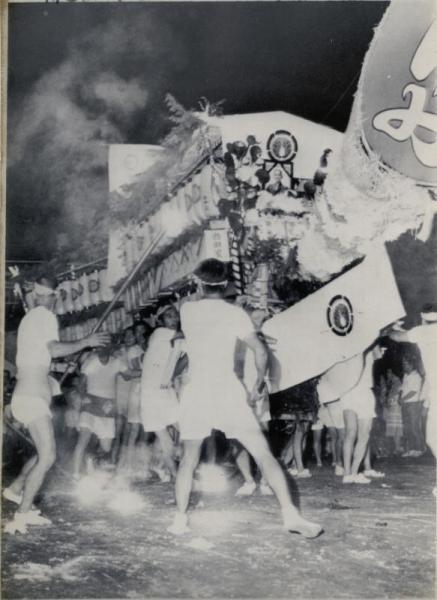 【1977年の精霊流し】爆竹を鳴らし、花火を上げてにぎやかな長崎市の精霊流し