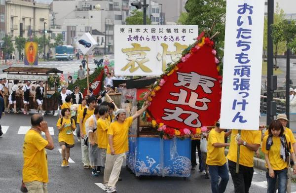【2011年の精霊流し】精霊船「東北丸」が東日本大震災の被災者に引かれて長崎市内を練り歩いた