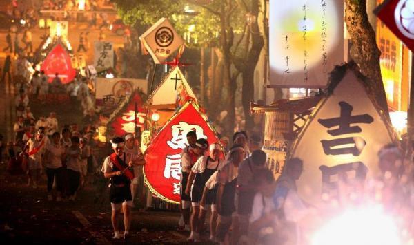 【2012年の精霊流し】激しい爆竹の音の中、精霊船を引く人たち=長崎市
