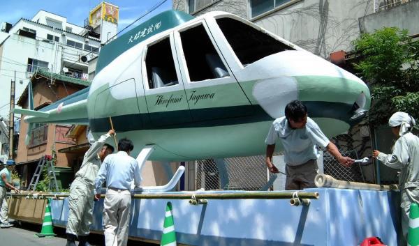 空を飛ぶはずだった亡き息子のためにベニヤでつくったヘリコプターの「精霊船」=2002年8月、長崎市