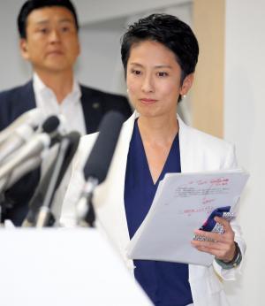 戸籍情報について説明する会見に臨んだ民進党の蓮舫代表=7月18日、東京・永田町